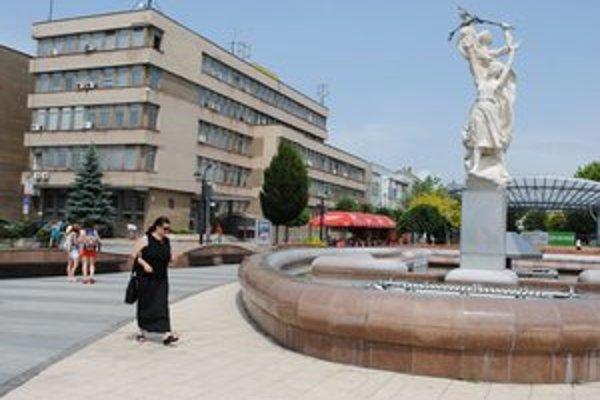 Námestie osloboditeľov. Stĺpové hodiny, ktoré stáli v blízkosti fontány, mesto odmontovalo.