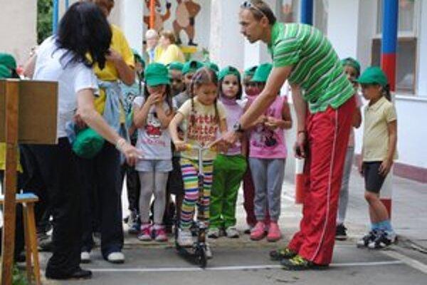 Olympiáda. Malí olympionici súťažili v prekážkovom behu na 30 metrov, preskokoch cez kruhy, hode loptičkou a v slalome na kolobežkách.