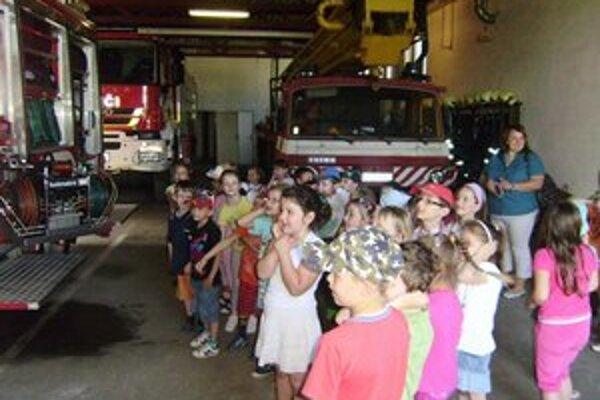 Hasiči. Verejnosti a deťom ukázali hasičskú stanicu a záchranársku techniku.
