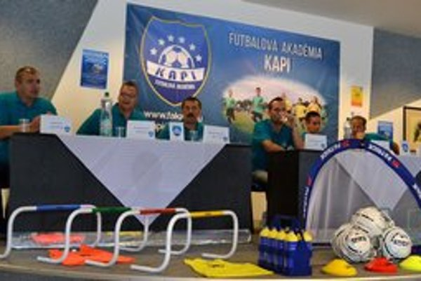 Členovia Futbalovej akadémie Kapi. Zľava J. Babiák, M. Seman, L. Kaplár st., L. Kaplár ml., V. Drančák, A. Vencel. Chýba predseda A. Kačmarík, ktorý prišiel až na záver predstavenia akadémie.