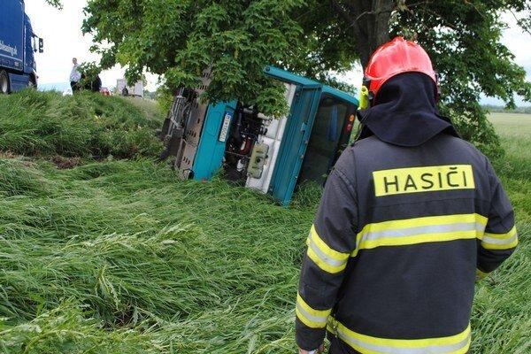 Nehody autobusov. Pri dvoch nehodách v regióne Zemplína neprežili zrážku s autobusom dvaja vodiči osobných áut. Autobusári za nehody nemohli.