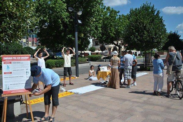 Takto vyzerala aktivita aktivistov duchovného hnutia Falun Gong v Michalovciach.