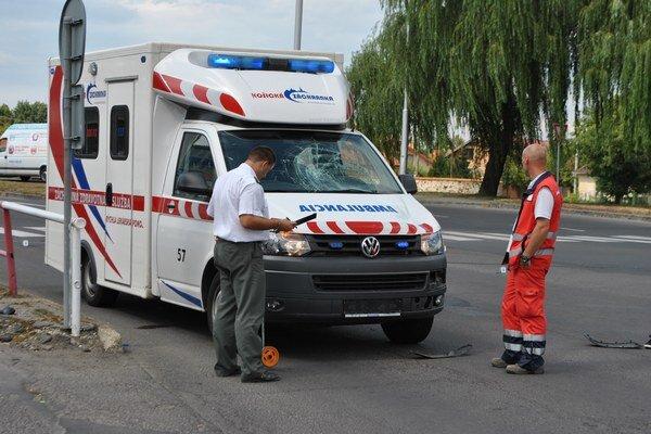 Zrážka. Vodič sanitky šiel po hlavnej so zapnutým výstražným a svetelným znamením, cyklista z vedľajšej s 2,88 promile alkoholu v krvi.