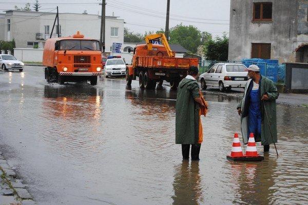 Záplavy v Michalovciach. Voda z odvodňovacieho kanála, ktorý nikomu nepatrí, opakovane zaplavuje rodinné domy a pozemky na Partizánskej ulici a Ulici SNP.
