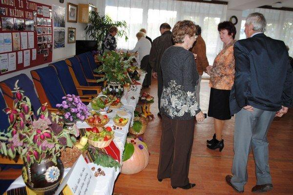 Výstava plodov. Michalovskí seniori vystavovali ovocie a zeleninu zo svojich záhrad.