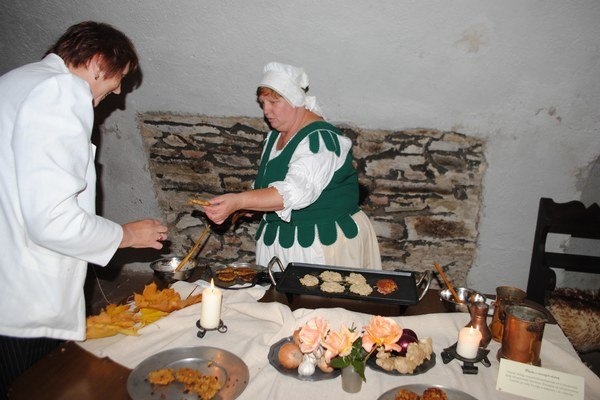 Stredoveká kuchyňa. Návštevníci múzea si pochutnávali na posúchoch, slaninke, bravčovinke a ďalších jedlách.