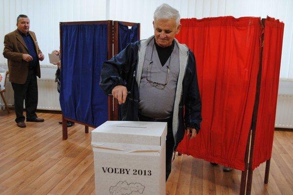 Voľby do VÚC. Svoju voličskú povinnosť si splnil aj Michalovčan a dlhoročný choreograf Folklórneho súboru Zemplín Milan Hvižďák.