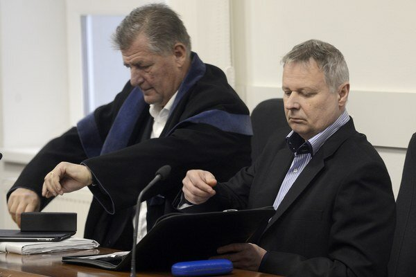 M. Uchnár (vpravo) na súde v Pezinku.