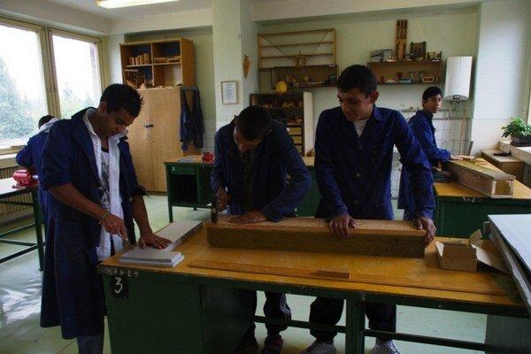 Búdky pre netopiere a dážďovníky. Na jar ich vyvesia na budovu školy.