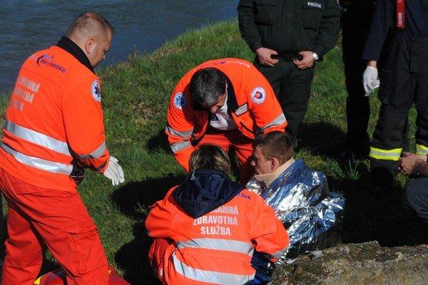 Devätnásťročný mladík bol uväznený v šachte naplnenej studenou vodou pol hodiny. Von ho dostali záchranári. Mladý muž bol podchladený.