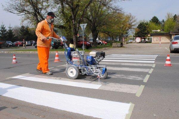 Cesty v Michalovciach. Technické služby obnovia nátery na viac ako 100 priechodoch pre chodcov.