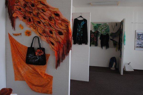 Výstava. Michalovčanka Emília Rudincová sa prezentuje hodvábom, šperkami a výrobkami z ovčieho rúna.