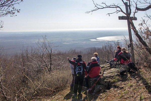 Michalovskí turisti. Majú za sebou jarnú exkurziu v oblasti Podvihorlatskej pahorkatiny.