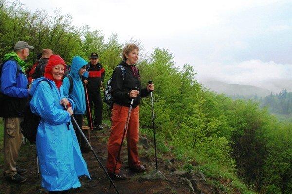 Michalovskí turisti. Počas medzinárodnej akcie na slovensko–maďarskom pomedzí v Slanských vrchoch vystúpili na vrchol Veľkého Miliča.