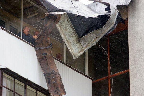 Zničená strecha na bytovke v Sobranciach.