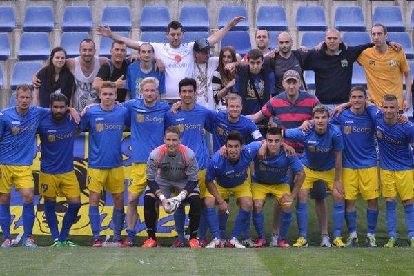 Hráči MFK Zemplín Michalovce s fanúšikmi. Fotografia vznikla po poslednom domácom súboji so Šamorínom.