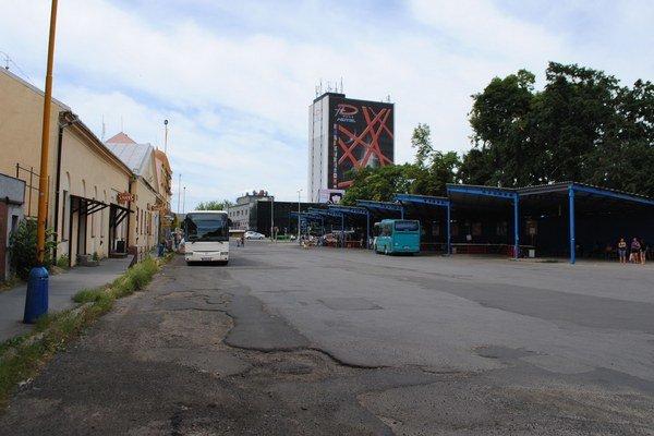 Kostolné námestie. Autobusy tu budú parkovať len do 1. júla. Mesto chce po presťahovaní autobusovej stanice zmeniť námestie na kultúrnu oddychovú zónu.