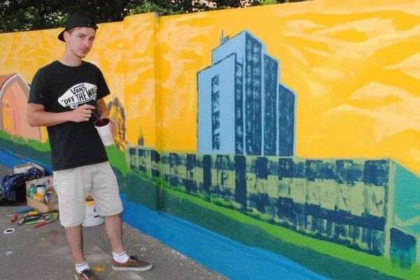 Mladý výtvarník. 20-ročný Radoslav Kocúr skrášlil staré múry maľbami.