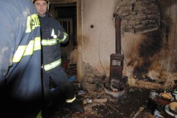 Obhorený dom. Požiar vypukol v obývacej izbe. Od starej piecky začali horieť šaty, ktoré boli pohodené v jej blízkosti.