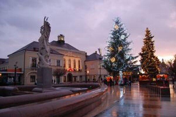Vianočný stromček zo Zbudze. Ozdobená jedlička má trinásť metrov.
