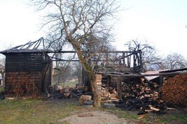 Požiar. Štofčíkovcom zhorela stodola, najväčšie obavy mali ale o syna, ktorý sa zranil pri záchrane psa.