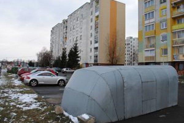 Plechové garáže. Daň vo výške 5-tisíc eur majitelia nie sú ochotní zaplatiť. Garáže preto začali z parkovísk sťahovať preč.
