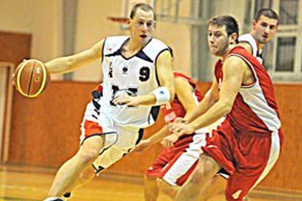 Líder doma opäť vysoko vyhral. Autor 18 domácich bodov Tomáš Mižák (vľavo).