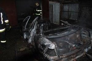 Auto zhorelo do tla. Majiteľ vytiahol horiace auto so susedmi na dvor, aby nezhorela aj garáž.