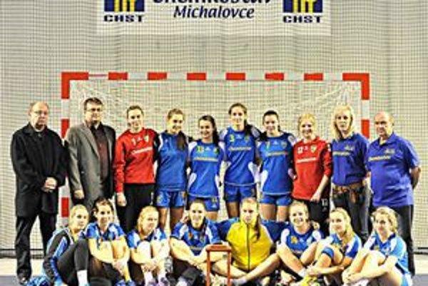 Víťazný tím turnaja O pohár generálneho riaditeľa Chemkostavu. Hráčky Iuventy Michalovce, ktoré na turnaji ani raz nezakopli.