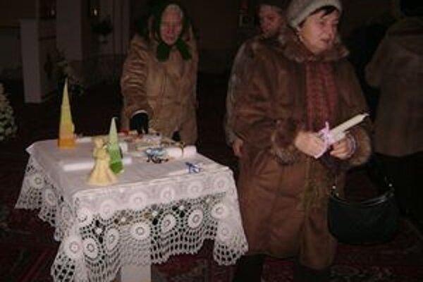 Svetlo hromničiek ochraňuje pred zlom. Veriaci si požehnané sviečky brali domov.