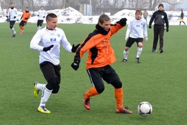 V derby boli úspešnejší Michalovčania. Domáceho Kuncu bráni Kražel (vľavo).
