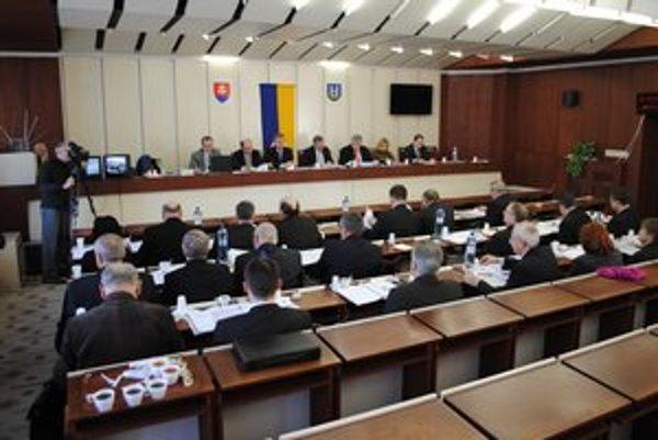 Michalovskí poslanci súhlasili, aby mesto mohlo v budúcnosti predať viaceré budovy, pozemky a mestské lesy.
