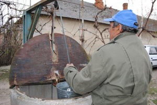 Ilustračné foto: Obec Stretava. V obci sa na vodovod napojilo len 33 domácností. Mnohí obyvatelia pijú vodu zo studní.