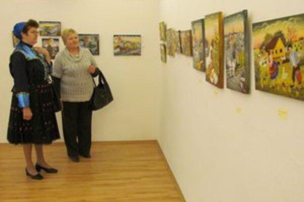 Anna Kotvášová prišla na vernisáž v kroji. Jej diela hýria farbami a optimizmom.