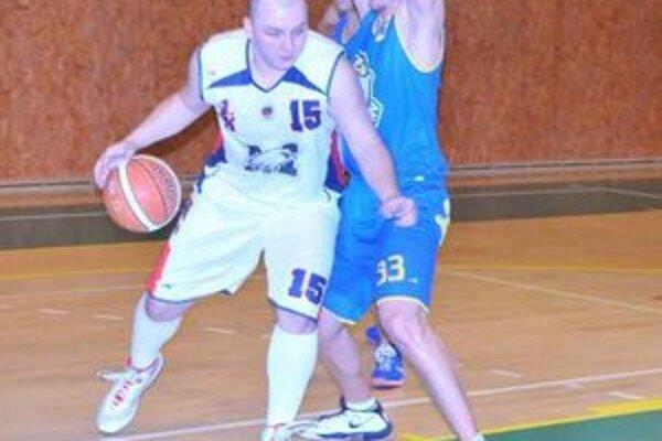 1. BK sa do finále neprebojoval. Na snímke s loptou bojuje Michal Maškulík.