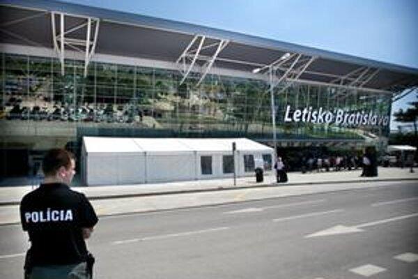 Čiastočne dokončený nový terminál bratislavského letiska môže byť na predaj.