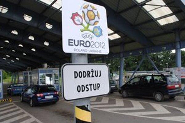 Slovensko-ukrajinská hranica. Na priechode vo Vyšnom Nemeckom je jeden jazdný pruh vyčlenený pre fanúšikov.