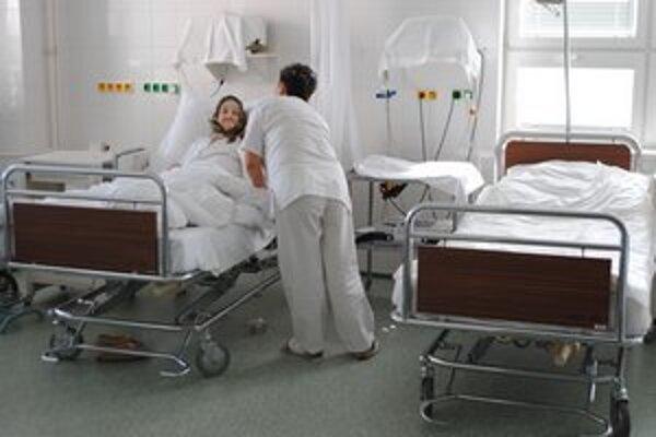 Nové postele. Nemocnica získala aj 35 polohovateľných postelí.