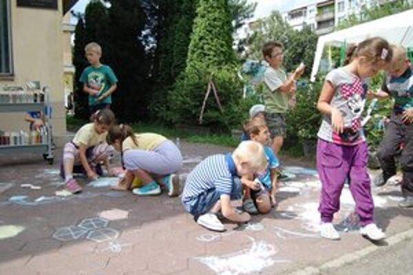 Maľovanie na chodník. Zaujalo najmä najmenších.