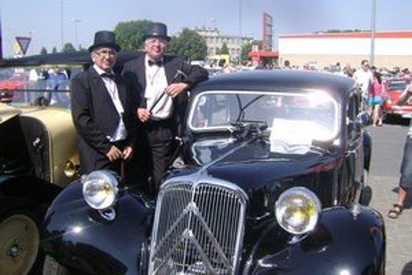 V dobovom oblečení. J. Makohus a M. Koščo doviezli na zraz aj mafiánske auto.