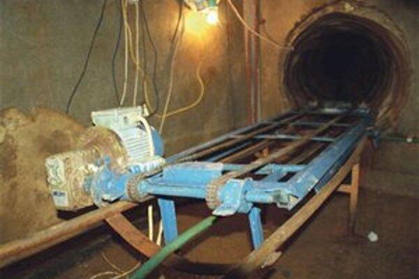 Elektrický vláčik v pašeráckom tuneli poháňali batérie.