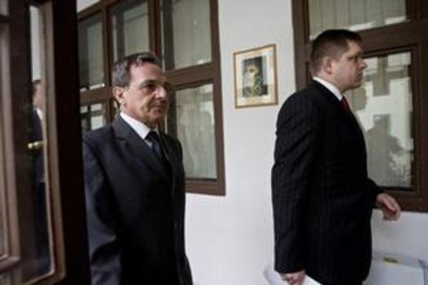 Minister životného prostredia Jozef Medveď platí veľké peniaze právnickej kancelárii. Odmieta však zverejniť, za čo vlastne.