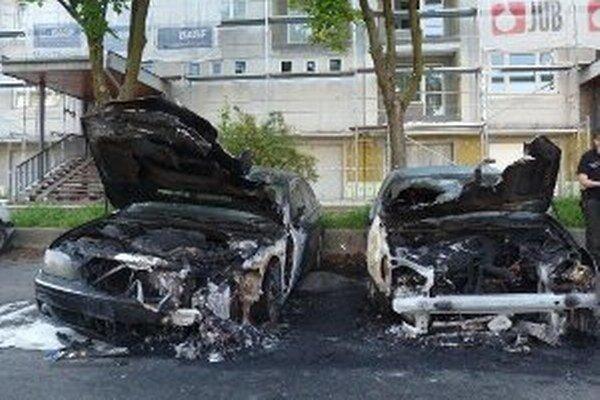 Oheň poškodil až dve autá.