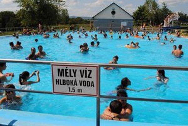 Kúpalisko v Sárospataku. Väčšinu rekreantov tvoria Slováci.