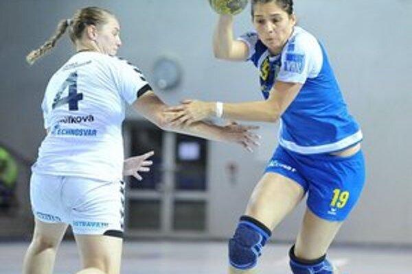 Najlepšia hráčka turnaja. Stala sa ňou Lucia Tobiašová (vpravo).