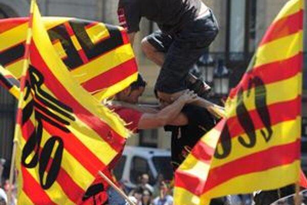 Španielska vláda chce zamestnancom verejnej správy znížiť platy o päť percent. Reagovali na to štrajkom.