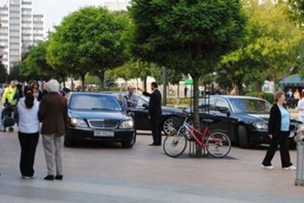 Výjazd v Michalovciach. Každý minister dorazil na opačný koniec republiky na svojej limuzíne.