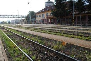 Bez elektriny. Z Bánoviec nad Ondavou premávajú do Humenného vlaky ťahané dieselovými rušňami.