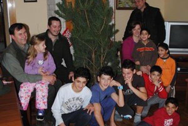 Vianočný stromček. Deti z detského domova sa darčeku úprimne tešili.