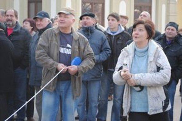 Strieľanie zo šampanského. Do 13. ročníka netradičnej súťaže sa zapojilo v Michalovciach 38 mužov a päť žien.